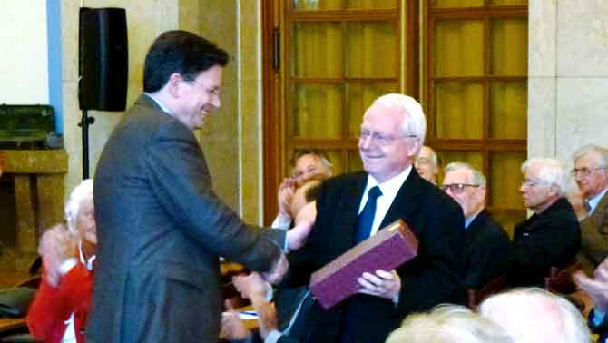 Jean-Paul Lingelser (right), Honorary President, is congratulated by his successor, Marc Carel Schurr.